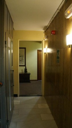 Hotel Ultonia Girona: коридоры