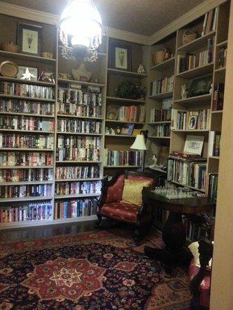 The Queen's Residence B&B: LIBRARY