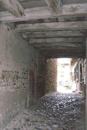 Cite medievale de Perouges: Passage sous les maisons