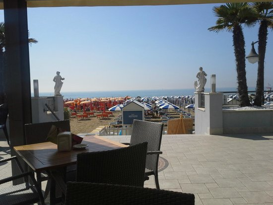 Hotel Nettuno : Panorama dalla terrazza al mezzanino fronte mare