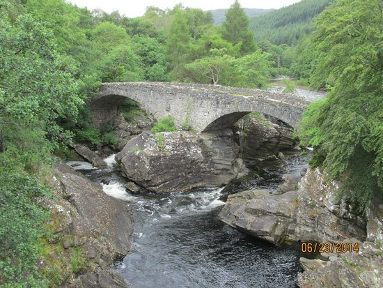 Invermoriston Falls: stone bridge at falls