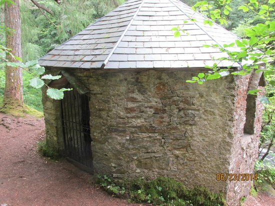 Invermoriston Falls: stone hut on cliff side