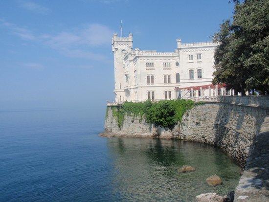 Castello di Miramare - Museo Storico: dal parcheggio verso l' entrata