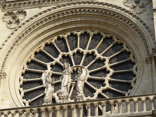 Notre-Dame de Paris: Prachtig glasraam