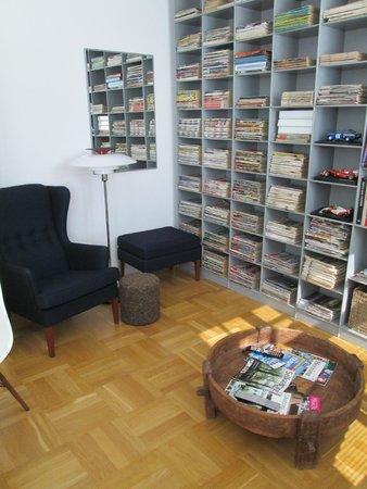 Bed & Breakfast The Old Chestnut Tree Silkeborg : leefruimte, genoeg boekjes om te lezen of dvd's om te bekijken