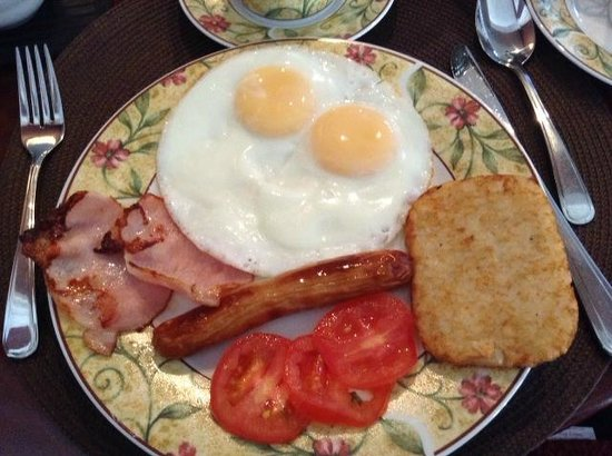 Driftwood Heights B & B: Eggs overeasy, ham, sausage, hash brown and tomatoes.  Served hot!  Delicious!