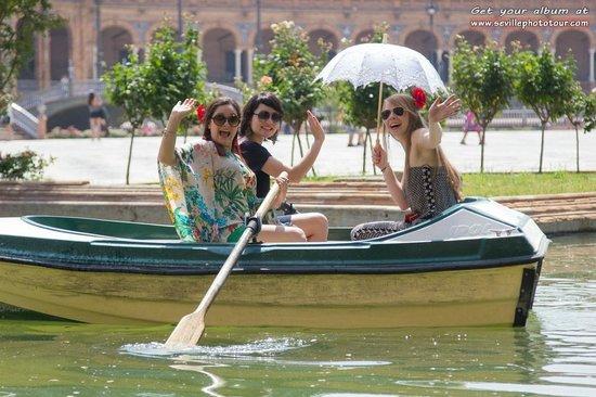 Photo Tour Seville: Rowing a boat at plaza España!