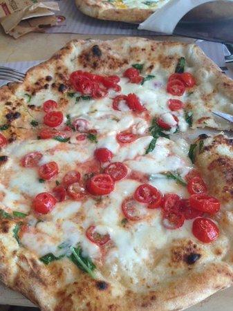 Pizzeria da Concettina ai Tre Santi: Margherita con bufala e filetto di pomodoro