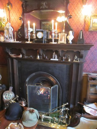 Sherlock Holmes Museum: The fireplace
