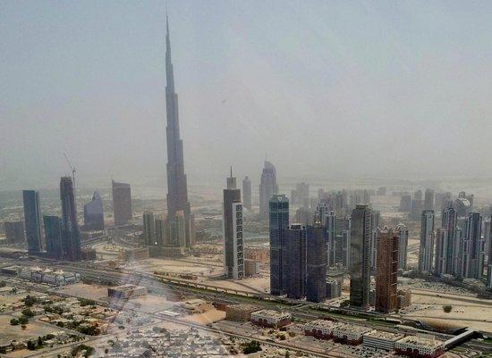 Burj Khalifa: desde un elicoptero se vé la diferencia de altura con todo lo que le rodea