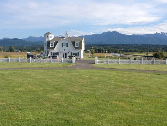George Washington Inn: A view of the gift shop and the mountains
