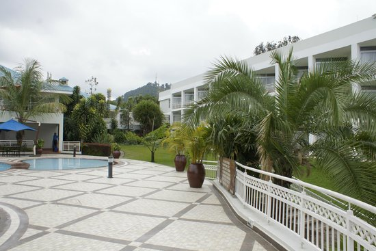 Lake Kivu Serena Hotel : looking towards hotel and dining area from the beach
