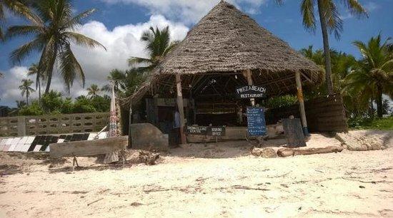 Karafuu Beach Resort and Spa : Nearby beach restaurant