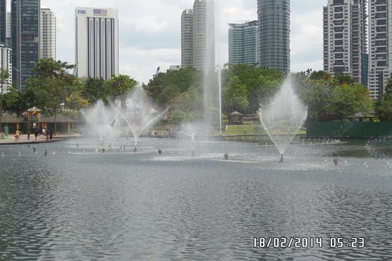 Templo del Cielo (Parque Tiantan): Fountains in KLCC outside area