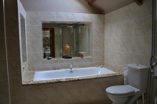 Falstone Barns: Classic Opulent bathroom