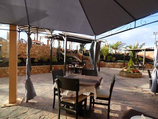 Ereza Dorado Suites Hotel : Espace a l'extérieur pour manger