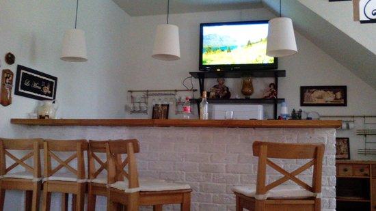 Staraya Provintsiya Guest House: Барная стойка в холле на 1-ом этаже
