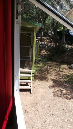 Camping U Libecciu : vue de la chambre des 'enfants' de notre bungalow, bonjour les voisins
