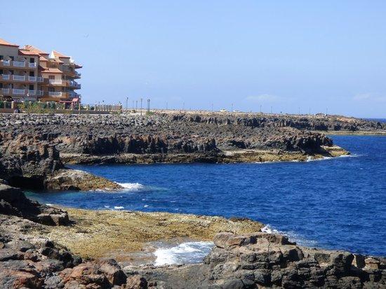 Ereza Dorado Suites Hotel : L'hotel est en bord de mer . Agréable ballade a pied le long de la mer  avec des bancs de repos