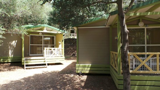 Camping U Libecciu : vue de la chambre parentale, 2 bungalows et un en surplomb