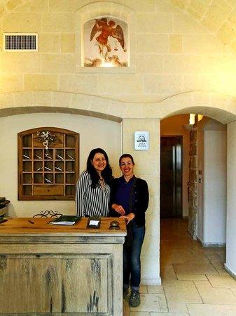 Hotel L'Arcangelo: Recepción y fresco del arcángel