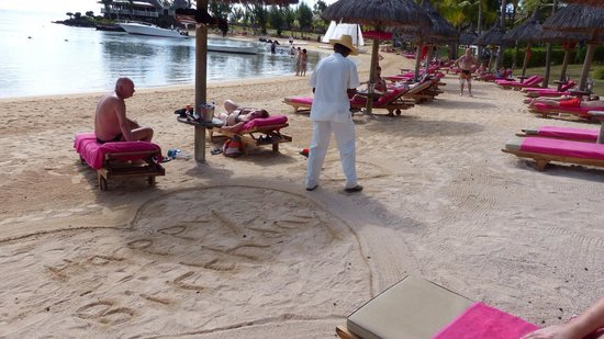LUX* Grand Gaube: Reedoo decorating the beach!