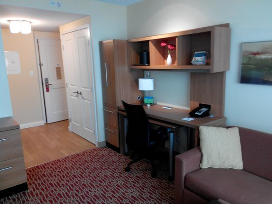 TownePlace Suites Mississauga-Airport Corporate Centre: Big writing desk