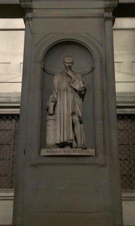 Galería de los Uffizi: У стен галереи