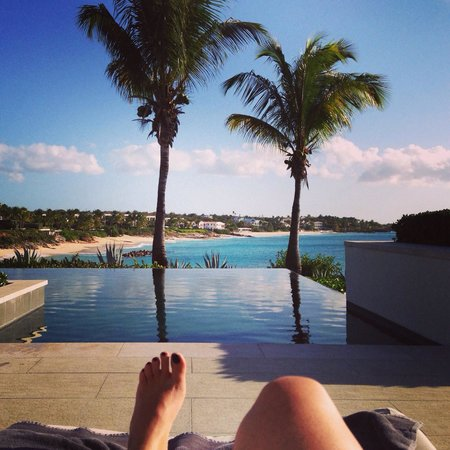 Four Seasons Resort and Residences Anguilla : At the infinity pool. Sushi lounge to the left.