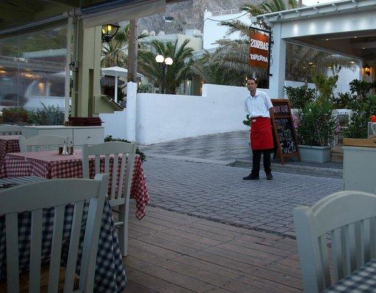 Zorbas Taverna: Zorbas Restaurang i Kamari