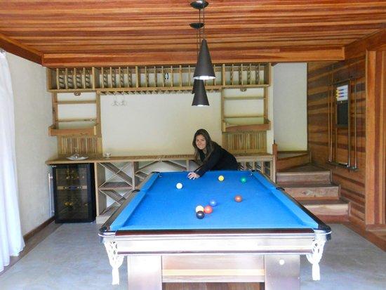 Hotel Warabi: Ao fundo a adega e a mesa de sinuca.