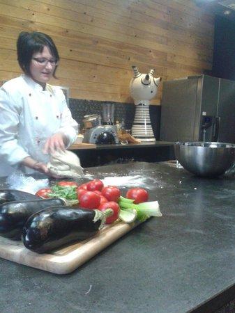 goSicily:Cook, eat, explore...: Preparazione della Caponata di Melanzane in corso con la collaborazione di due turisti australia