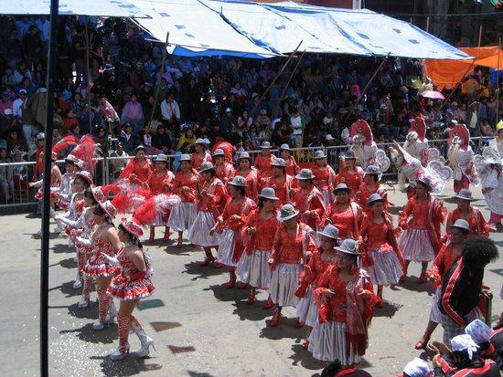 Carnaval de oruro: Altiplano cholas dancers
