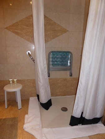 Be Live Experience La Nina: Low level access shower