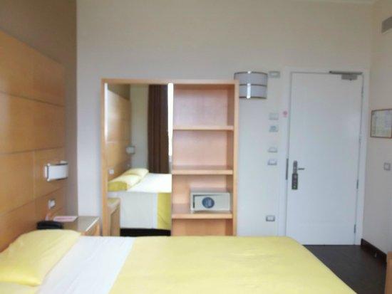 Ibis Styles Parma Toscanini : l' arredamento è minimal e le stanze pulite e luminose