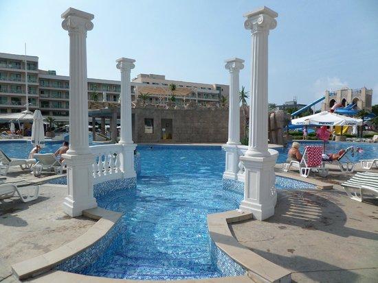 DIT Evrika Beach Club Hotel : Вход в бассейн