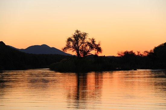 Kunene River Lodge: sunset at Kunene