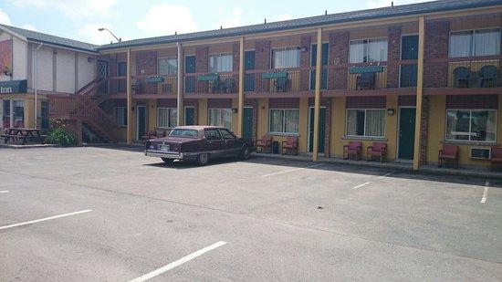 Sunset Inn: Back area away from pool