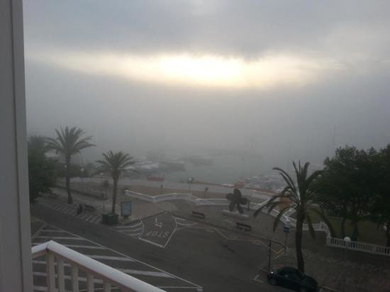 Hotel Port Mahon: 6-45am, the sun ready to burst out.