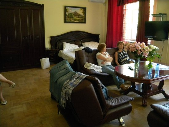 Family Hotel: одна из комнат двухкомнатного номера