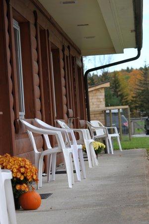 Brandon Motor Lodge: Enjoy gorgeous views from the porch