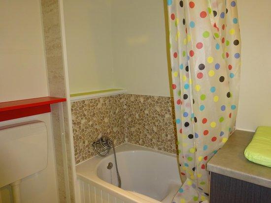 Yelloh Village - Les Petits Camarguais : sdf enfants tout à taille enfants (wc lavabo baignoire)