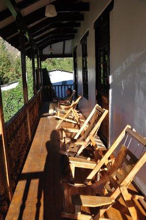 El Albergue Ollantaytambo : Terraza de la habitación q es la galería de entrada a las habitaciones