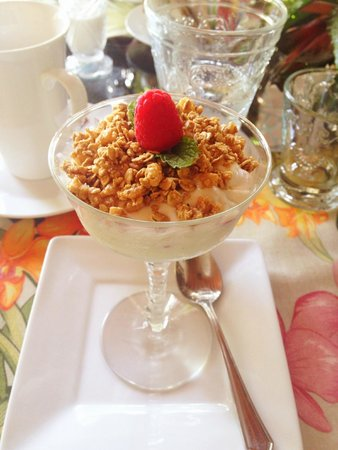 Casa Grandview West Palm Beach: Vanilla Greek Yogurt with Fresh Fruit and Granola
