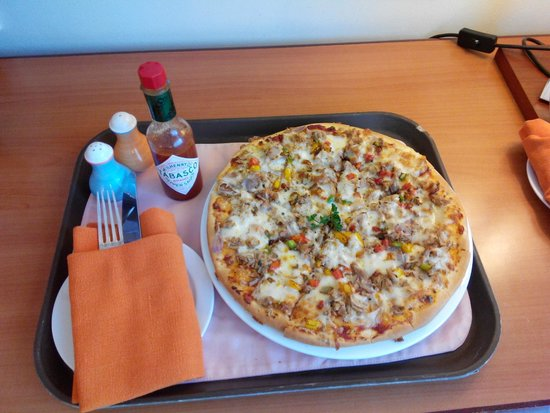 Hulhule Island Hotel: Great Pizza!!