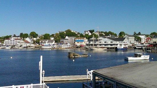 Rocktide Inn: Boothbay Harbor looking across to downtown