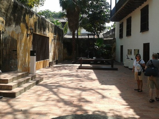 Museo Historico de Cartagena de Indias : Patio interno para ir hacia el lugar de las torturas.