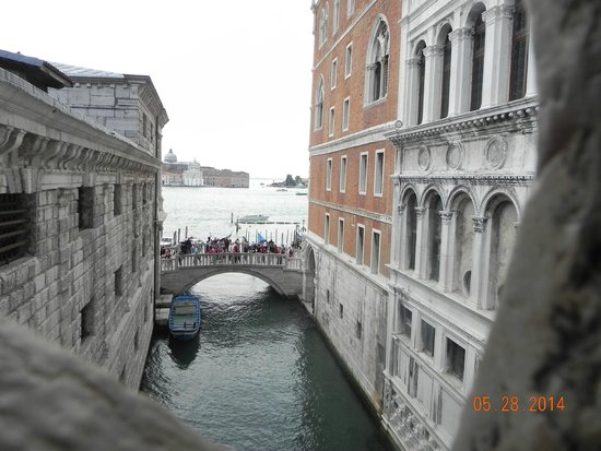 Palazzo Ducale : looking out of Sighs Bridge at the ppl looking at the bridge