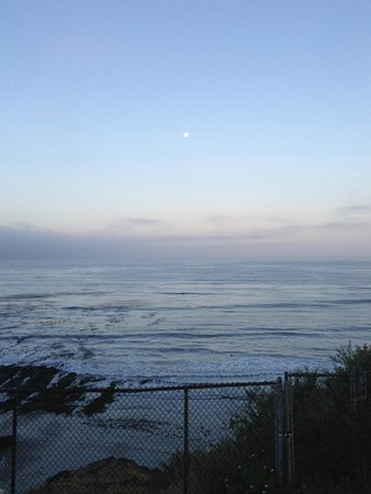 Spyglass Inn: Sunrise over the ocean