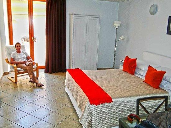 Hotel Rivoli Sorrento: Habitación muy luminosa y ámplia.